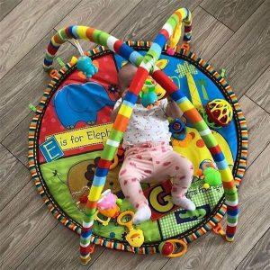 vogelushat te krijojne hapesiren e tyre te argetimit me kete rrethore te adhurueshme bebesh